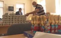 Húsvéti csomagok rászoruló családoknak a roma szervezetektől