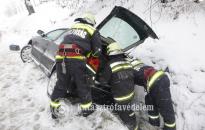 Kidőlt fa, árokba csúszott autók adtak munkát a tűzoltóknak