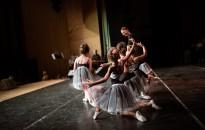 Néptánc és klasszikus balett a színpadon