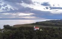Negyven vihar elől menekülő halász emléke Vonyarcvashegynél