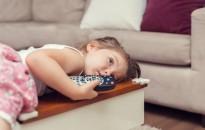 Médiatanács: a szülők harmada naponta hagyja felügyelet nélkül tévézni három év alatti gyermekét