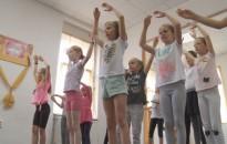 Táboroznak az ifjú táncosok