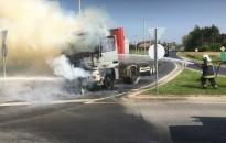 Katasztrófavédelem – Lángoló kamion oltásánál készült a hónap fotója