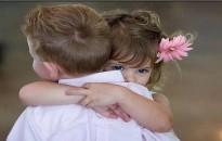 Pszichológus: a gyereknek és a felnőttnek is szükségük van ölelésre