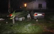 Szobrot döntött, parkoló autónak ütközött