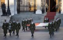 Aradi vértanúk - Felvonták, majd félárbócra engedték a nemzeti lobogót az Országház előtt