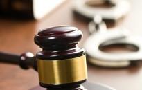 Pénteken önbíráskodók, és egy sikkasztó könyvelő is megkaphatja jogerős büntetését