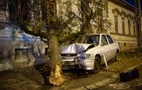 Fának ütközött egy személygépkocsi a Dózsa György utcában