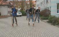Gólyalábakon járták be Nagykanizsát a Cserháti-iskola diákjai