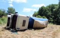Elaludt a volánnál a sofőr, oldalára borulva állt meg a teherautó