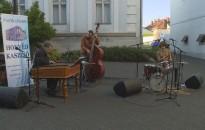 Jazz muzsika dallamai járták át a Plakát Ház udvarát