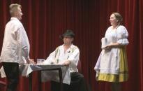Népies humorú, enyhén pajzán darabbal szórakoztatták a közönséget