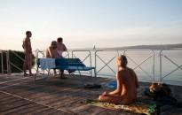Szemüvegbe épített kamerával filmezte a meztelen fürdőzőket a berényi strandon