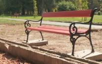 Ismeretlenek elmozdították az egyik padot a Sétakertben