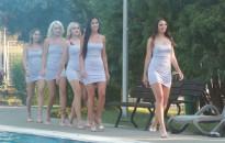Bikini bemutatóval, sörivó versennyel várták a vendégeket a medence partján