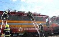 Kigyulladt egy villanymozdony, áll a vasúti forgalom Zalaszentivánon