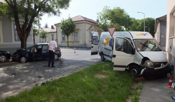 Kisteherautó és személygépkocsi ütközött a Kisfaludy utcai kereszteződésben