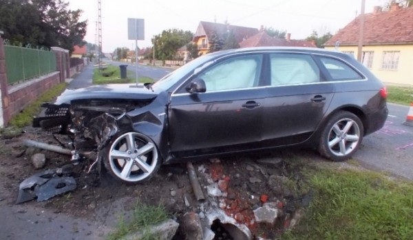 Lesodródott az útról,  egy betonhíd állította meg