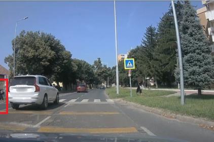 Fényképen a Teleki utcai zebránál szabálytalankodó autós
